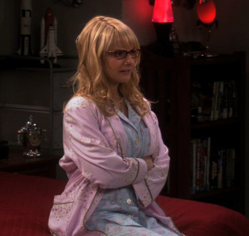 Bernadettes blue pajamas and pink robe on The Big Bang Theory