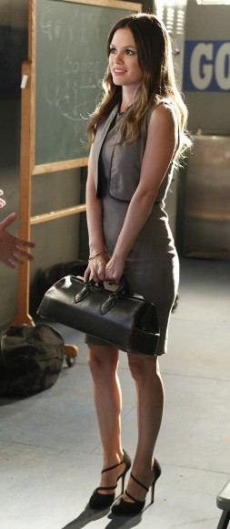 Zoe's beige dress and black doctor style bag on Hart of Dixie