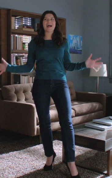Penny's blue sweater with jeans and black pumps on Happy Endings