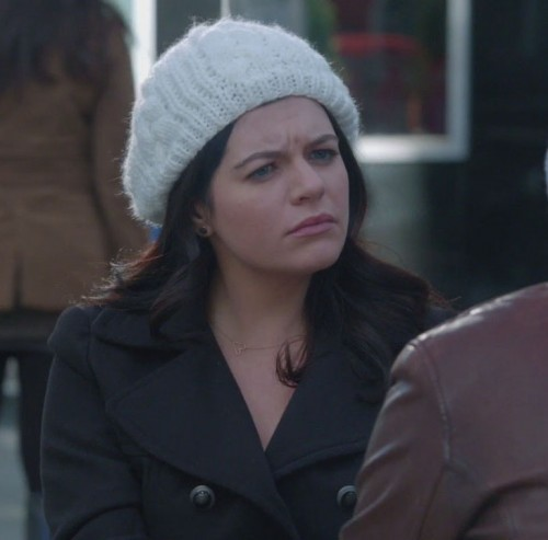 Penny's white knit beanie on Happy Endings
