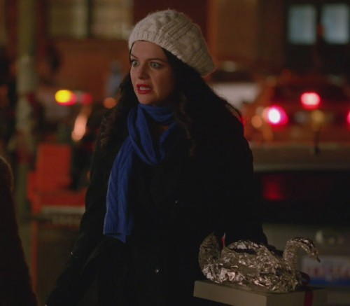 Penny's blue knit scarf on Happy Endings