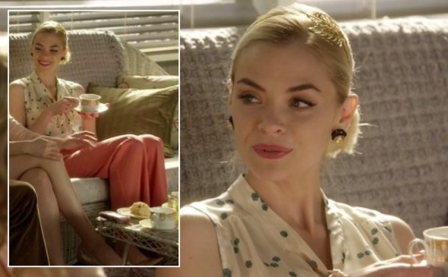 Lemon's coral/red pants, white and green print blouse and gold leaf headband on Hart of Dixie
