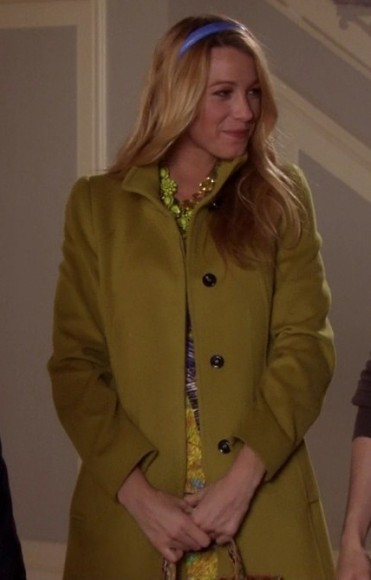 Serena's yellow-green coat and purple headband on Gossip Girl