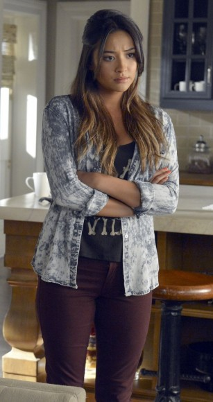 Emily's dark red/purple jeans and tie dye shirt on PLL