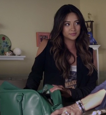 Emily's black shoulder cutout jacket and green overnight bag on Pretty Little Liars