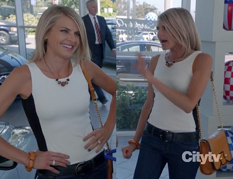 Jane's white top with black strip and tan purse on Happy Endings season 3
