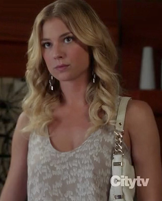 Emily's beige and white printed tank top on Revenge