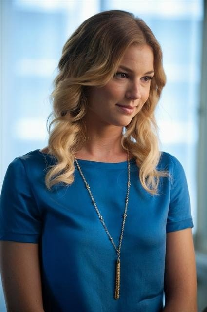 Emily's colbalt blue silk top with lariat necklace on Revenge