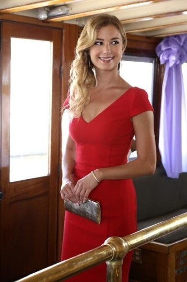 Emily's red dress on Revenge season 2