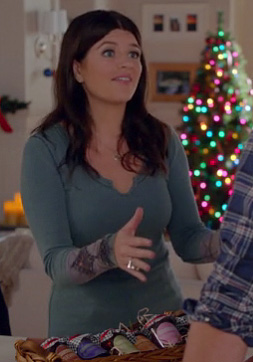 Penny's blue-green longsleeve top on Happy Endings