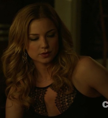 Emily's black lace top on Revenge