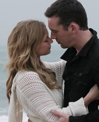 Emily's white crochet hooded sweater on Revenge