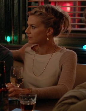 Jane's white and beige contrast sweater on Happy Endings