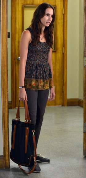 Spencer's navy tote bag on Pretty Little Liars