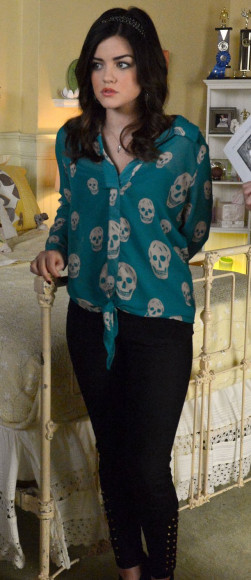 Aria's green skull print blouse on PLL