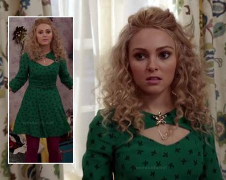 Carrie's green bow print dress and pink tights on The Carrie Diaries