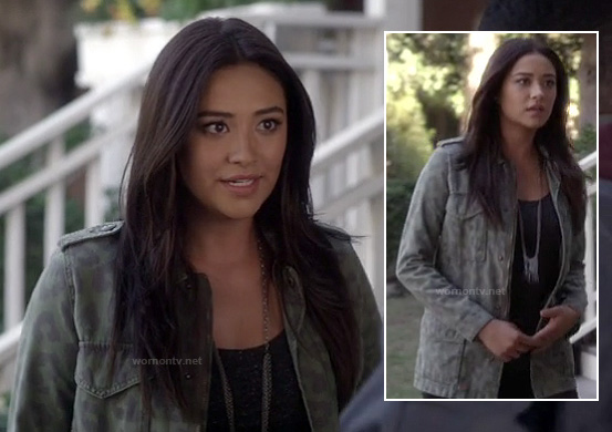 Emily's green leopard print cargo jacket and long silver chain tassle necklace on Pretty Little Liars