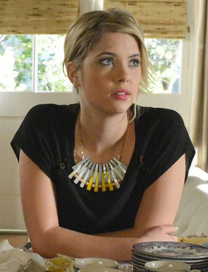 Hanna's spike necklace on PLL