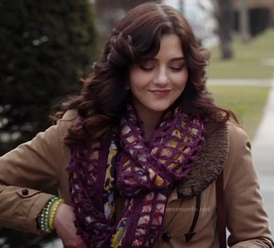 Maggie's chunky knit purple scarf on The Carrie Diaries