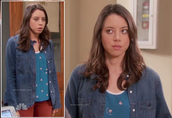 "April's blue ""thumbs up"" printed top and denim shirt/jacket on Parks and Rec"
