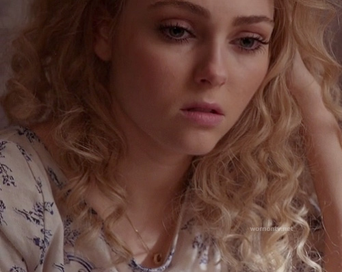 Carrie's white unicorn and rainbow tee on The Carrie Diaries