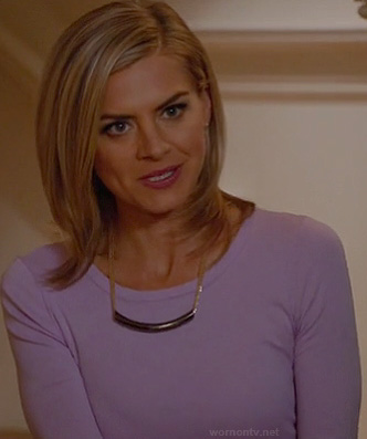 Jane's lavender purple tee and bar necklace on Happy Endings
