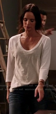 Fiona's grey and white baseball tshirt on Burn Notice