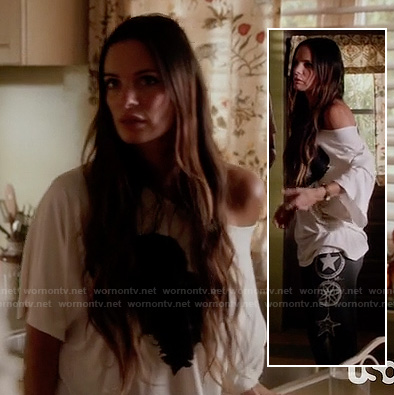 Fiona's black star graphic sweatpants and white oversized shirt on Burn Notice