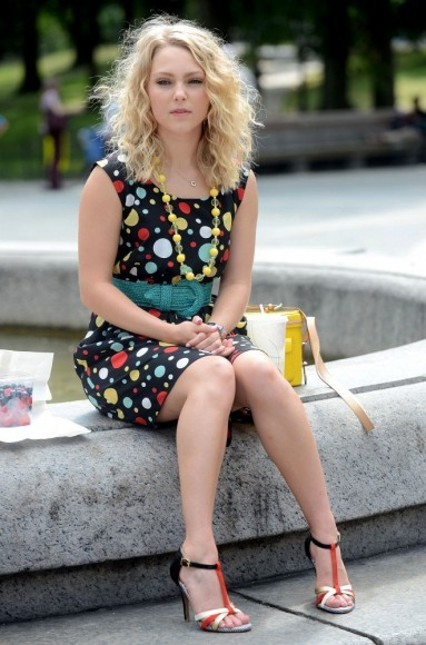 Carrie's black polka dot dress on The Carrie Diaries Season 2