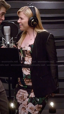 Kelly Clarkson's floral dress and blazer on The Crazy Ones