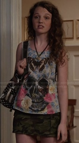 Dorrit's skull and butterfly print tee and camouflage skirt on The Carrie Diaries