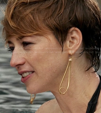 Margaux's gold knotted drop earrings on Revenge