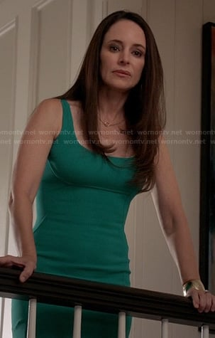Victoria's teal green scoop-neck sheath dress on Revenge