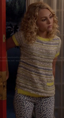 Carrie's yellow short sleeve sweater and floral jeans on The Carrie Diaries