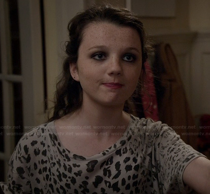 Dorrit's grey leopard print tee on The Carrie Diaries