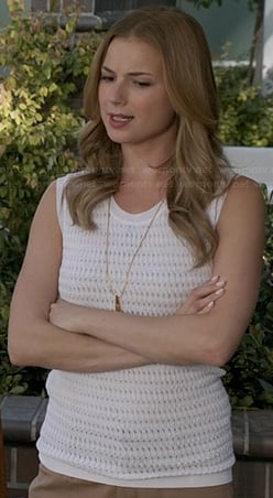 Emily's white textured sweater vest on Revenge