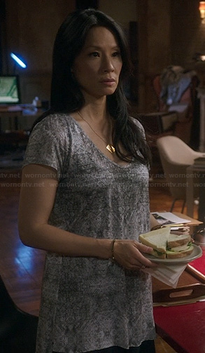 Joan's grey printed t-shirt on Elementary