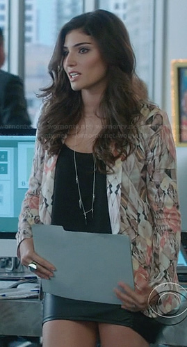 Lauren's abstract print blazer on The Crazy Ones