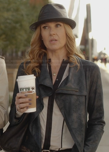 Rayna's white contrast trimmed blouse, leather jacket and leather fedora on Nashville