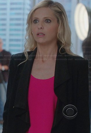 Sydney's pink tank top and black leather sleeve jacket on The Crazy Ones