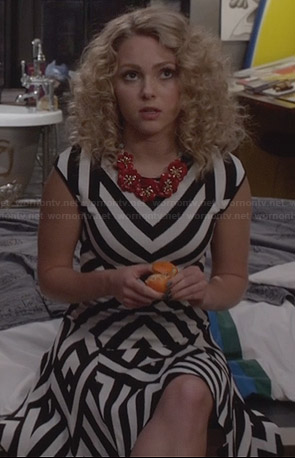 Carrie's black and white striped dress and red flower necklace on The Carrie Diaries