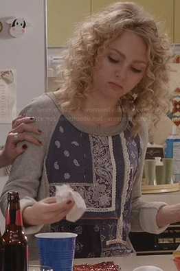 Carrie's blue and grey mixed print sweater on The Carrie Diaries