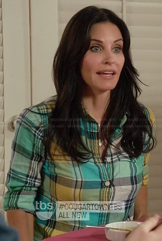 Jules's pink half sleeve top on Cougar Town