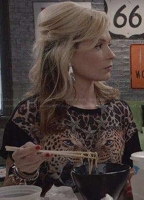 Samantha's mirrored leopard graphic tee on The Carrie Diaries