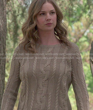 Emily's taupe cable knit sweater on Revenge