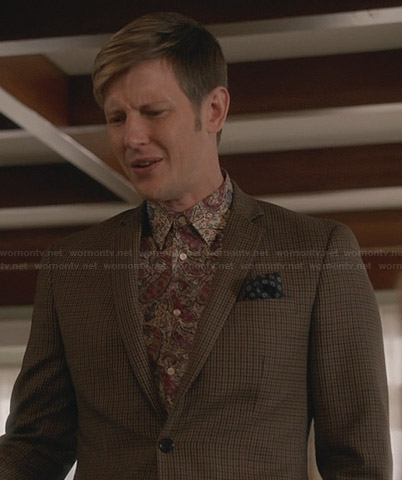 Nolan's paisley print shirt and brown checked blazer on Revenge