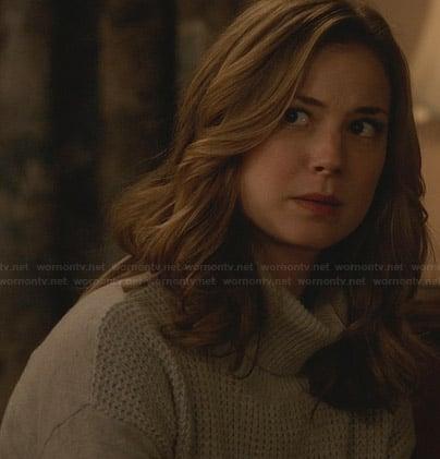 Emily's grey waffle knit turtleneck sweater on Revenge