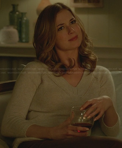 Emily's beige v-neck sweater on Revenge