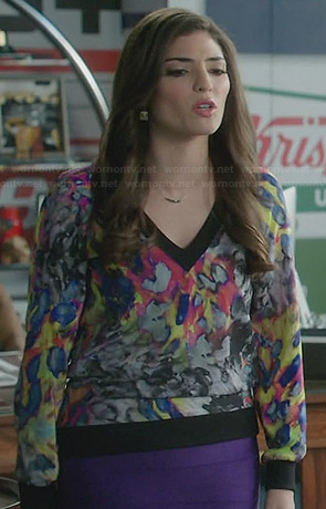 Lauren's multi-colored abstract printed sweater on The Crazy Ones