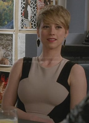 Margaux's beige and black colorblock dress and black earrings on Revenge